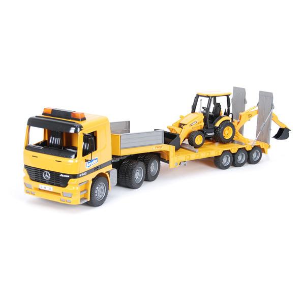 Camion de transport avec tractopelle